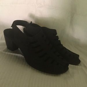 Munro 7.5M black faux suede sandals low heels